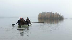 Menneisyyden metsästäjät soutuveneessä