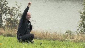 Reijo Hyvönen (menneisyys metsästäjät) iloitsee löydöstä rantaniityllä