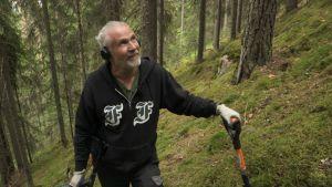 Reijo Hyvönen (Menneisyyden metsästäjät) metsässä