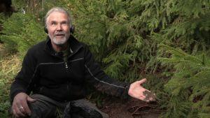 Reijo Hyvönen (Menneisyyden metsästäjät) kädessä kotkariipus