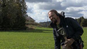 Mikko Mäkelä (Menneisyyden metsästäjät) pellolla