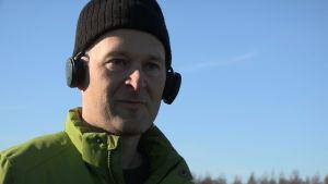 Ossi Kupila (Menneisyyden metsästäjät) kuulokkeet päässä