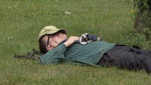 Pekka Kupila (Menneisyyden metsästäjät) nukkuu nurmikolla