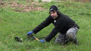 Tomi Virtanen (Menneisyyden metsästäjät) kaivaa pellolla