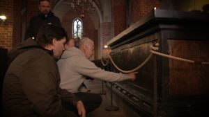 Menneisyyden metsästäjät tutkivat keskiaikaista kirkkoa