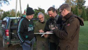 Menneisyyden metsästäjät tutkivat karttaa