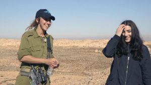 Gina tillsammans med isaraeliska soldaten Rami som har rötterna i Kalifornien.