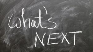 """sotkuinen liitutaulu jossa teksti """"what's next"""" (mitä seuraavaksi?)"""