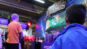 Pojkar spelar League of Legends.