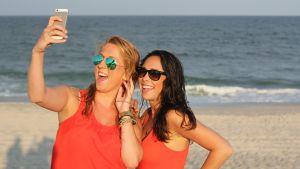Tytöt rannalla