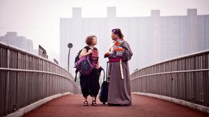 kaksi naista sillalla