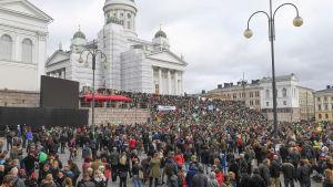 Tusentals människor deltog i demo mot rasism.
