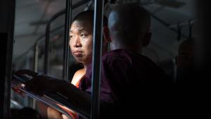 Två människor i buss i Burma