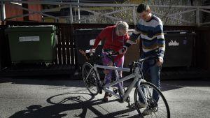 Hanna Lankinen och fästman ser på cykel
