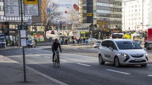 Pyöräilijä ajaa ajoradalla Helsingin Sörnäisissä.