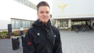 Miko Äijänaho tror att han skulle ha valt att läsa svenska också om den varit frivillig i grundskolan.