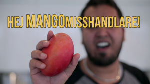 Emil håller i sin mango