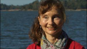Katri Rankinen på Finlands miljöcentral beräknar hur mycket näringsutsläpp jordbruken förorsakar.