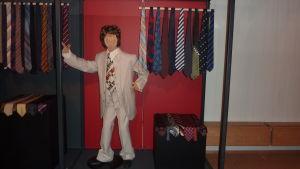 Kravatter från 1970-talet. Ambassadör Ralf Friberg visar över 150 slipsar på Ektas utställning.