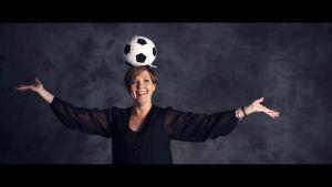 Maria Sundblom-Lindberg med en fotboll på huvudet.