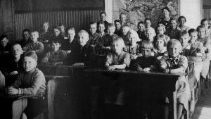 Äyräpään Mälkölän kansakoulun luokkakuva 1930-luvun lopulla. Edessä keskellä Maire Juvonen.