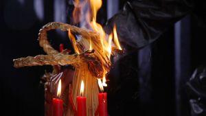 En julbock av halm brinner upp