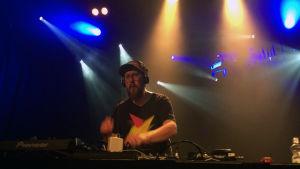 Parasta ennen -ohjelman juontaja Matti Airaksinen soittaa Virgin Oilissa joulukuussa 2014.