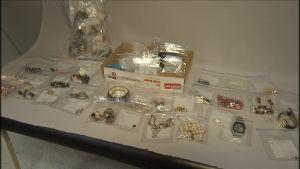 Uudeltamaalta varastettuja arvoesineitä poliisin takavarikossa.