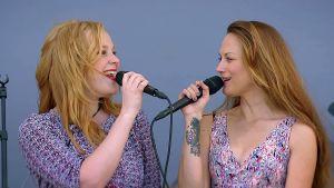 Scandinavian Music Group Ruisrockissa 2014, kuvassa Pauliina ja Terhi Kokkonen