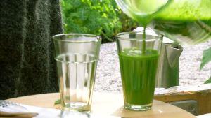 Grönkålssmoothie hälls upp i glas.