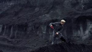 Kirjailija Antti Nylén kaivaa hiilikasaa