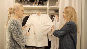 Anna Vanhanen kokeilee paidan rypistymistä
