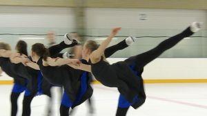 Teamåkningsvärldsmästarna Marigold IceUnity på träning i mars 2015