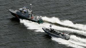 Gränsbevakningens och Marinens båtar spanar efter möjlig undervattensobservation