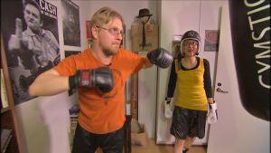 Timo Hännikäinen treenaa nyrkkeilyä kotonaan kirjoittamisen lomassa.