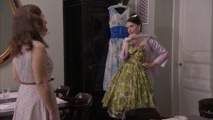 Pia-Maria Lehtola tittar på Arja Könönens vintageklänningar