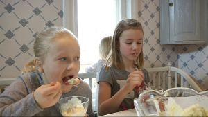 minea och maja äter glass