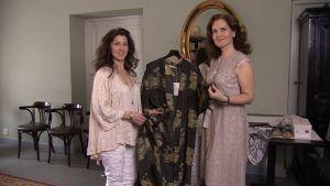 Pia-maria lehtola och tiina helminen tittar på en kimono