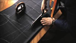 Räätäli leikkaa pukukangasta