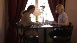 Pia-Maria Lehtola och Cathrine Edblad tittar på smycken
