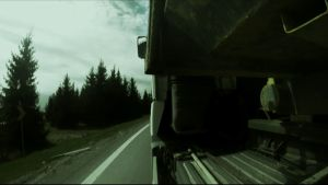 Långtradare åker längsmed motorväg.