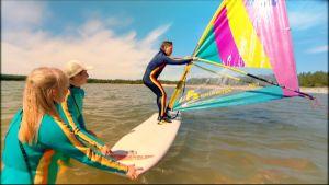 Kahdeksankymmentäluvun lomamatkalaiset surfaavat Yyterissä.