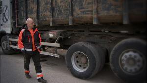 Kristian Laakso, f.d. transportföretagare står intill sin lastbil