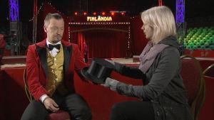 Sirkustirehtööri Calle Jernström Jr. ojentaa Martalle silinterihatun.