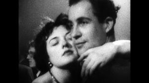 Kärlekspar i öm omfamning i svartvit stumfilm