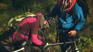 Janne Smauget skruvar med cykeln