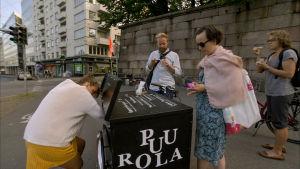 Ruokafillari kadun varrella Helsingin Kruunuhaassa.