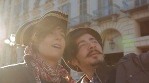 nainen ja mies ottamassa valokuvaa