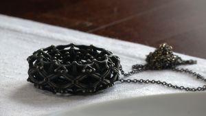 en svart talisman av brons