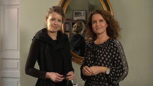 katrin olina och pia-maria lehtola står framför en spegel